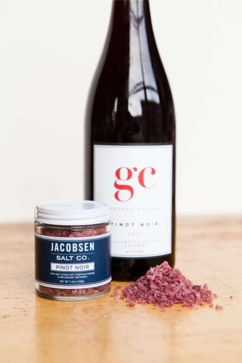 赤ワインの原料としても有名なブドウ、ピノノワールで抽出した、見た目も鮮やかな紫色の「PINO NOIR(ピノノワール)」