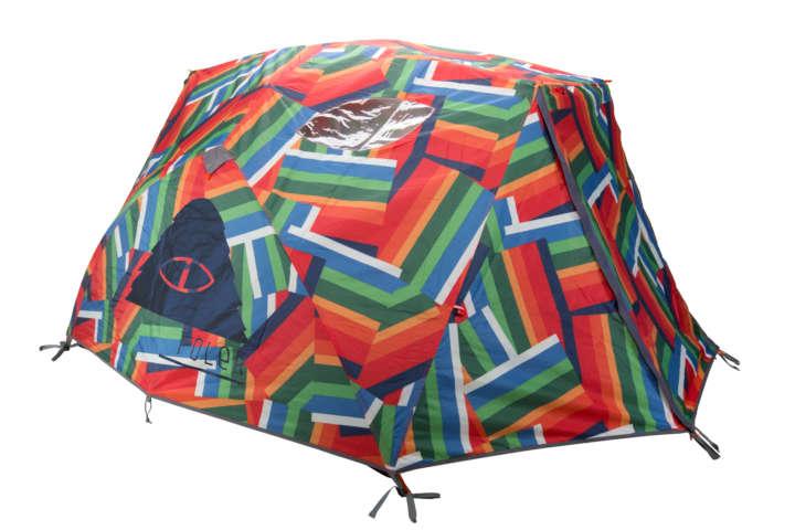 2人用テントです。全面にカラフルなクレーターレイク柄がデザインされています。見てるだけで元気が出そうですね。