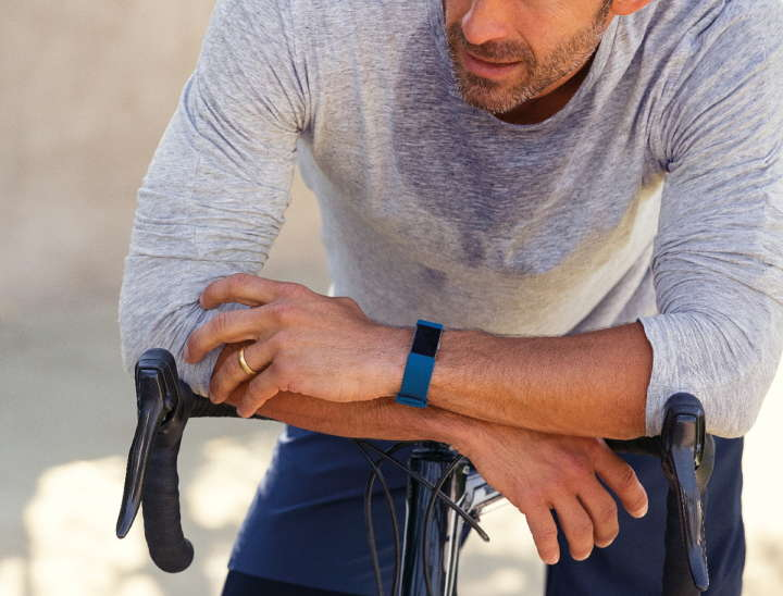 Fitbit-Charge-2_Man_Bike_Lifestyle