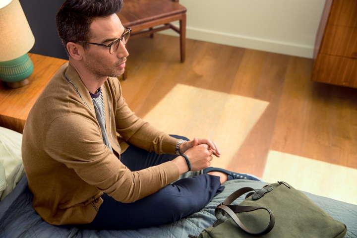 Fitbit-Flex-2_Man_Getting-Ready_Lifestyle
