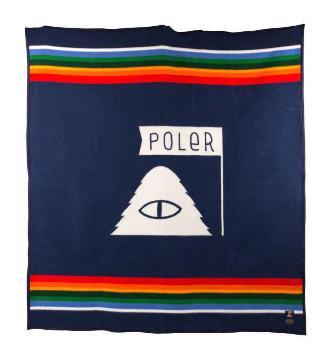 POLeRのロゴが中心に大きく配されています。これぞコラボ!と言うにふさわしいブランケット。