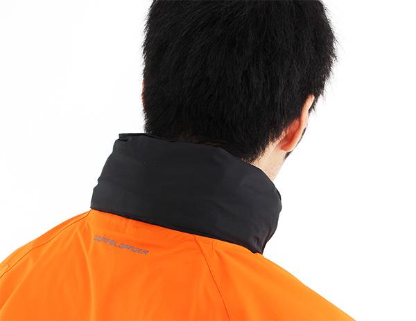 フードは着脱して、襟部分への収納が可能な構造になっています。