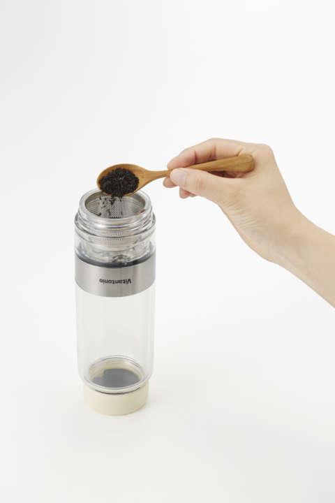 1.上下を逆さまにしてフィルター側のフタを開け、好きな茶葉を入れる。