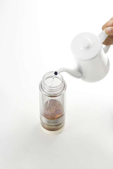 2.ボトルを上下反転させて、飲み口側からお湯を注ぐ。
