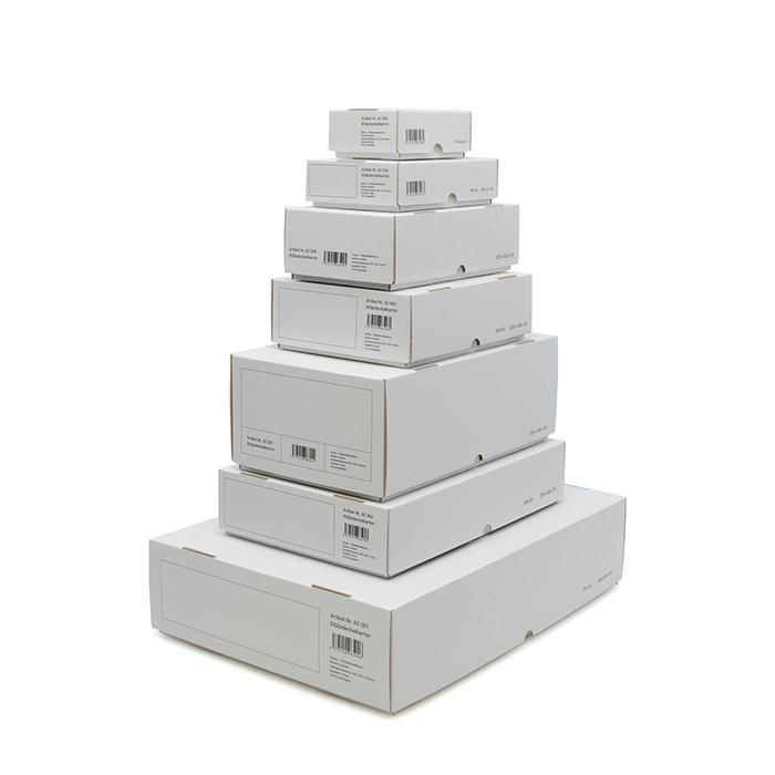 サイズも豊富なホワイトの段ボール箱。デザイン性も高いので、見せる収納としても使えそう。