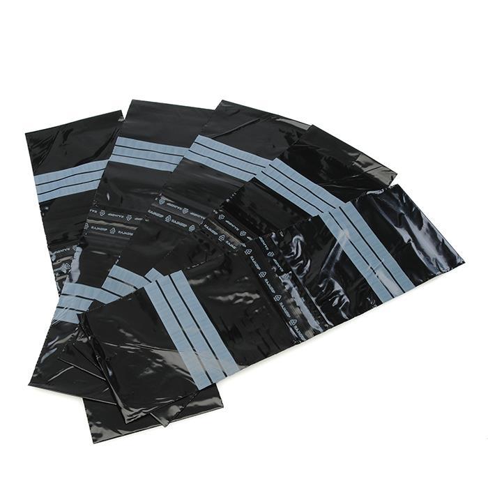 中身の見えないブラックのジップバッグは、袋の表面に文字を書き込むことが可能。小物を持ち歩いたり、分類して収納するときなどに便利。