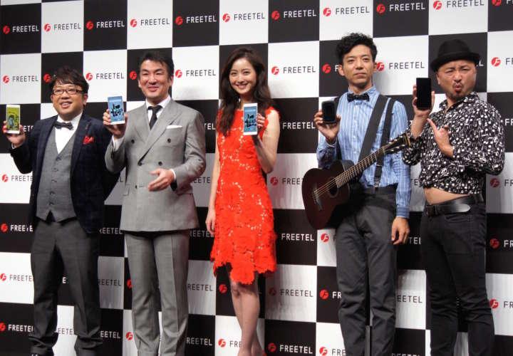 FREETELのCMキャラクター・佐々木希のほか、キャイ〜ンの天野ひろゆき、どぶろっくも登場。左から2人目がプラスワン・マーケティングの増田薫社長。