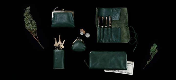 ホリデーシーズンのギフトにもぴったりの財布、ペンケース、キーケースなど革小物は全5型。価格は、6500円~2万4000円。