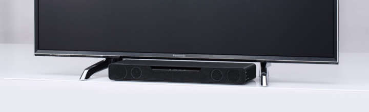 ▲液晶テレビ「ビエラDX750」の足元にすっきりと収まるよう、幅43cm、高さ52mmの小型サイズを採用。40型程度のモデルにもマッチする