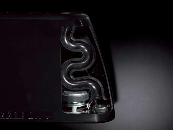 ▲小型ボディで豊かな低音を出力するために、空気の流れを妨げない総延長315mmの曲線型ポートを開発。サイズ以上のパワフルな低音を自然な広がりで再生する