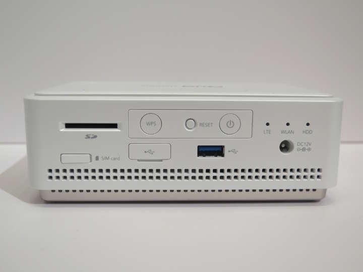 Wi-FiやUSBでスマホやPCと接続可能。SDカードスロットも搭載し、デジカメで撮った写真も取り込める