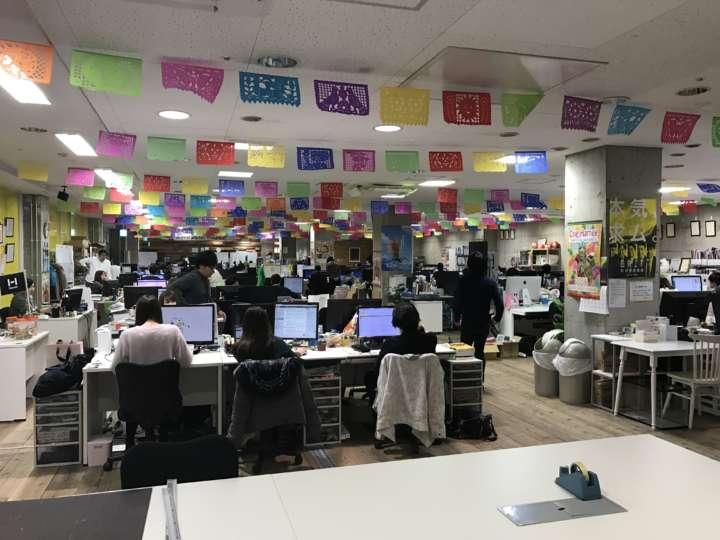 ▲活気あふれるオープンな社内。風通しの良さそうなオフィスがヒット商品を生むきっかけ?
