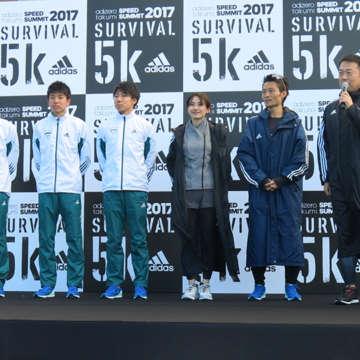 右から中野ジェームズ修一さん、安喰太郎さん、湯田友美さん、小関一輝くん、小野田優次くん、鈴木塁人くん