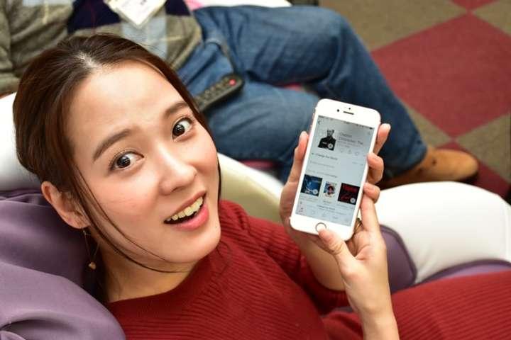 ▲スマホとのペアリングも簡単にできるため、奈津子さんの私物のiPhoneで音楽を試聴した
