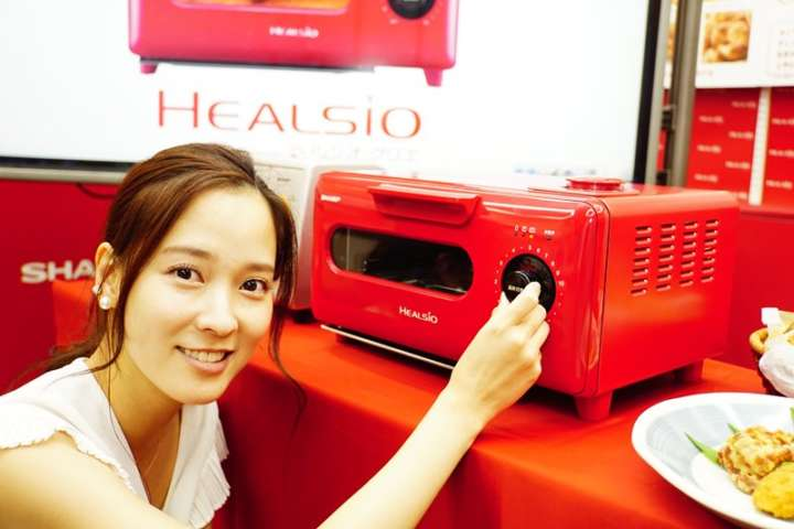 ▲シャープが2016年9月に発売した「ヘルシオ グリエ AX-H1」(実勢価格3万6000円)