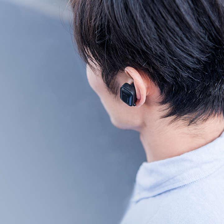 ▲イヤーフックが耳の内側にフィットしズレを防ぎ、 安定した装着感を得られます