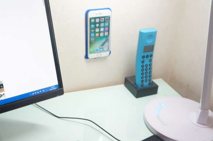▲パソコンの横など、常に目につく位置にスマホがあれば、大事な通知を見逃すリスクも防げる