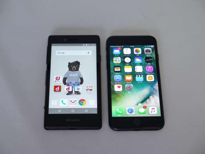 左がMONO、右がiPhone 7。サイズ感はほぼ同じ