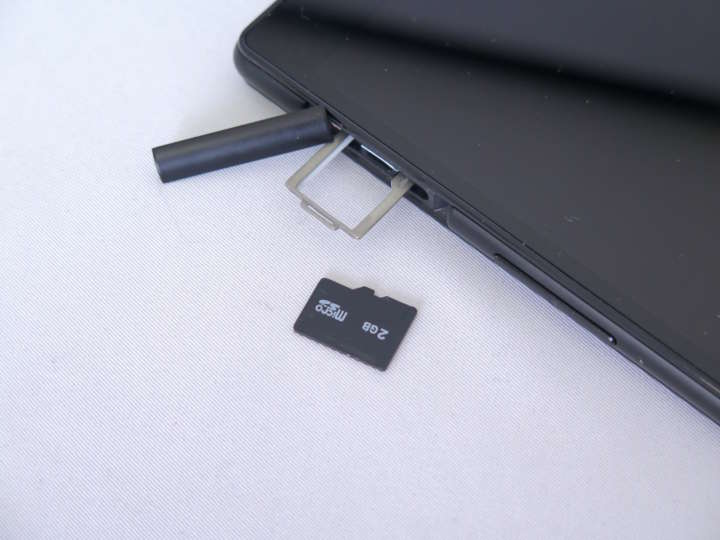 最大128GBのmicroSDも装着可能
