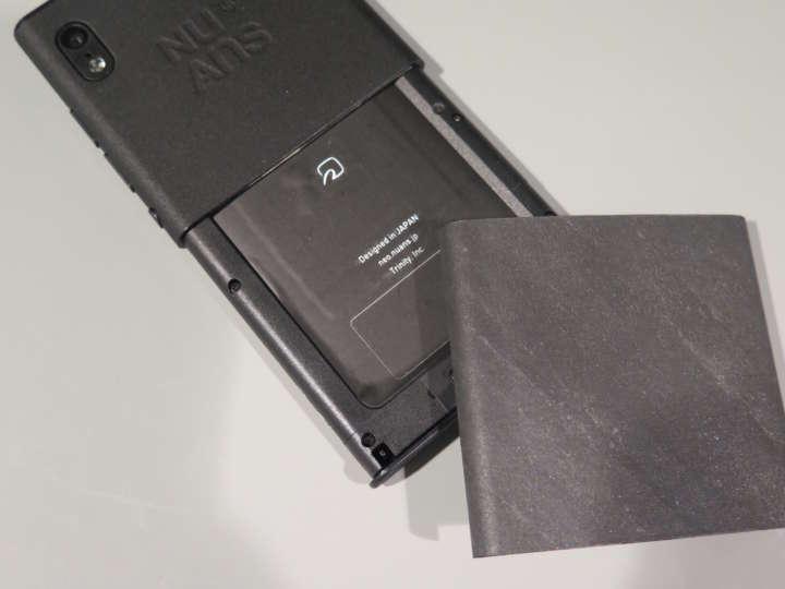 前モデルは、Suicaなどのカードを収納できる仕様だったが、新モデルはおサイフケータイ機能を搭載し、さらにカードも収納可能