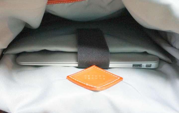 34e66ffd1094 パソコンをしっかりガードできます。また、床に置いたときの衝撃も吸収するので、万が一リュックを落としてしまった場合も安心です。