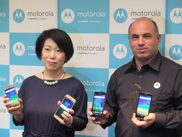 モトローラ・モビリティ・ジャパン 代表取締役社長のダニー・アダモポウロス氏(右)と、プロダクトマネージャーの島田日登美氏(左)