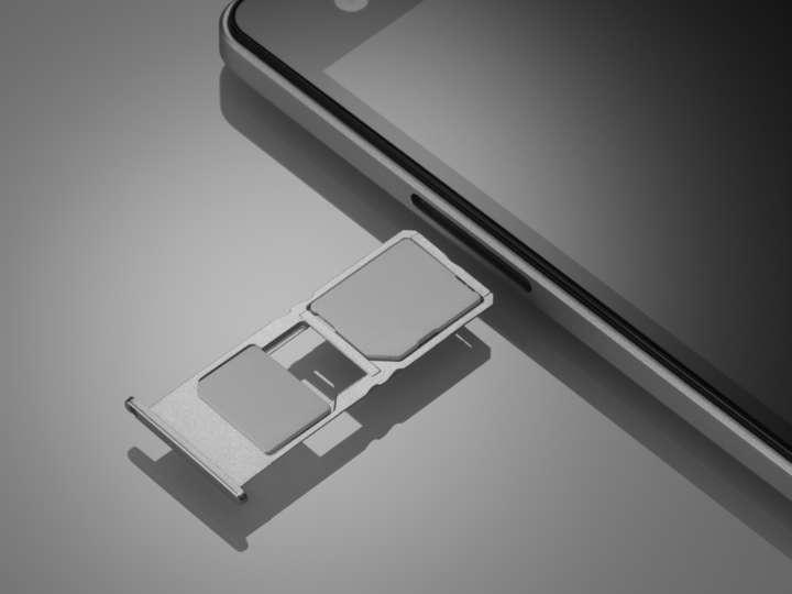 micro SIMとnano SIMを装着できるが、nano SIMはmicroSDとの排他利用