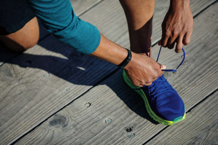 fitbit-alta-hr_lifestyle_tieshoes