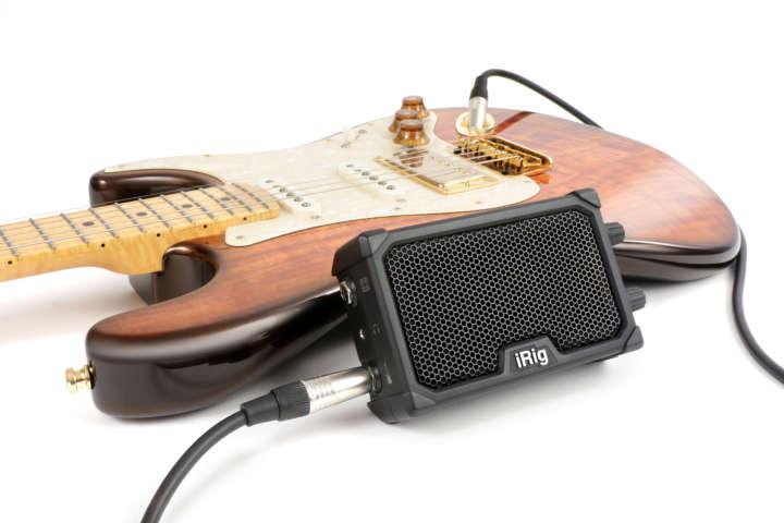 iPhoneやiPadなどiOSデバイスと接続すれば、ギターアンプ シミュレーター/エフェクトソフトとして有名な「AmpliTube」アプリを使ってこだわりのサウンドを作れます。