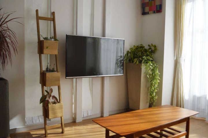 日本では、大型テレビはテレビボードやAVラックなど家具の上に置くのが一般的。でも、じつは欧米の家庭では壁に直付けするタイプが主流だそう。