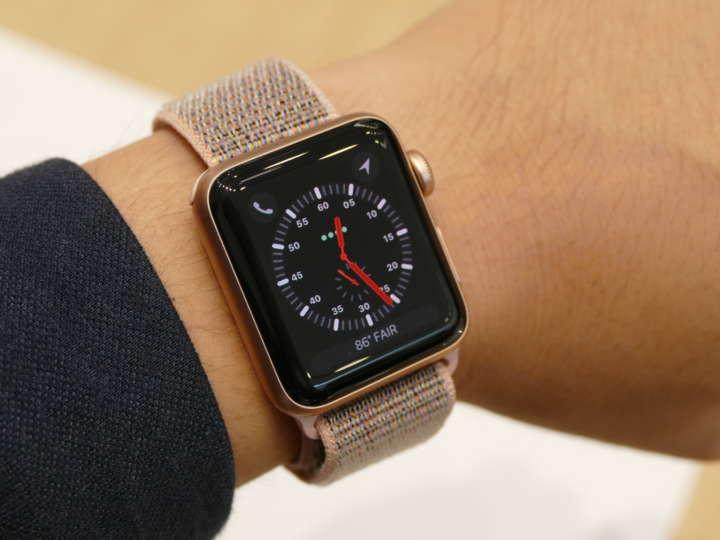 3c359d5f7c △Apple Watch Series 3。サイズ感は従来モデルと同じ。写真は38mmケース。この文字盤デザインにはアンテナも表示されている