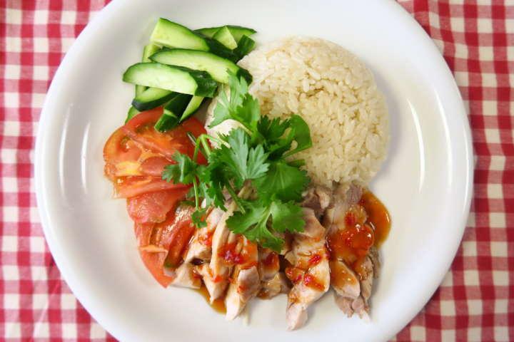 シンガポールチキンライスは、その名の通りシンガポールの名物料理。「海南鶏飯(ハイナンジーファン、かいなんけいはん)」とも呼ばれており、タイでは「カオマンガイ」