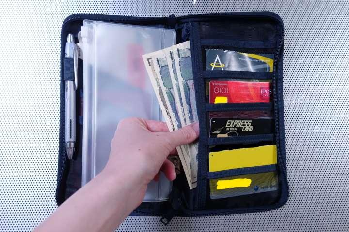 パスポートも航空券もぴったり収まりました。反対側には。クレジットカードやマイルカード、日本円や両替した現地通貨などを入れます。