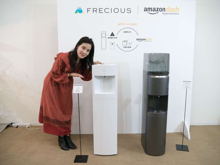 e87c0c9affd1d フレシャス2019年1月に発売したIoTウォーターサーバーの「FRECIOUS Slat」(写真左、実勢価格5万3800円)と「FRECIOUS  dewo bottle」(写真右、同3万5800円)