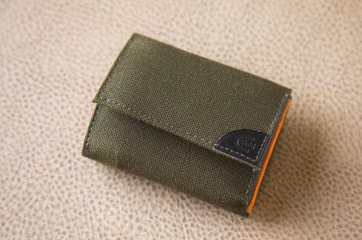 0e515b93974 外観はシンプルなデザイン。幅9.5cm、高さ7.5cm、厚さ2.5cm。表側、裏側共にボタンで閉じるようになっていて、表側はお札入れ、裏側は小銭入れになっています。