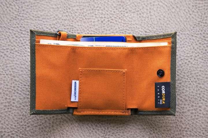 c56657c0a8a 小銭入れとは逆側の、ロゴが見える面のボタンを外すと、お札入れが出てきます。段差が付いているので、取り出しやすい! お札を入れて財布を閉じると、お札は3つ折りに  ...
