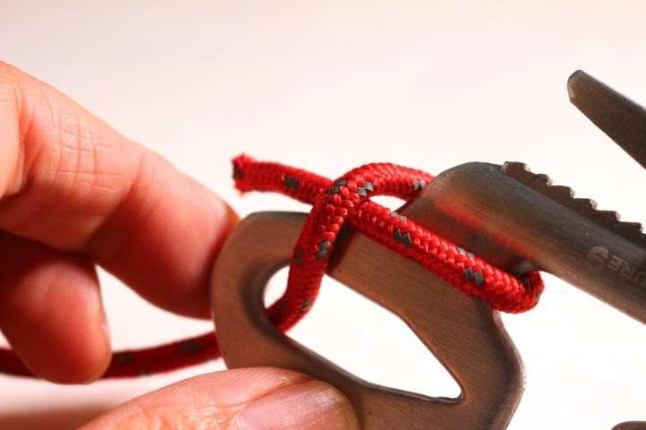 008058d23b480 「フィギュア9」の穴にロープを通し、軸を一周させてからロープをクロスさせます。たったこれだけですが、ロープの反対側を引っ張るときっちり止まります。