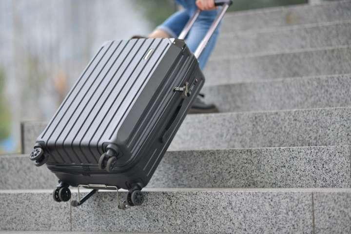 """2e5026c4e7 長期間の旅行を予定されている方も多いのでは? そこで出番となるのがスーツケースなんですが、誰もが必ずといっていいほど遭遇してしまうのが """"階段の 上り下り問題"""" ..."""