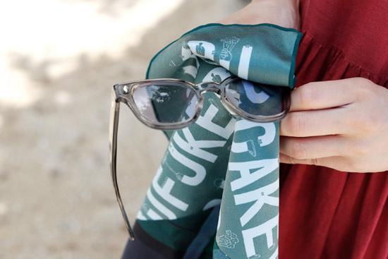 fukeru-眼鏡が拭けるハンカチ check (Lサイズ)