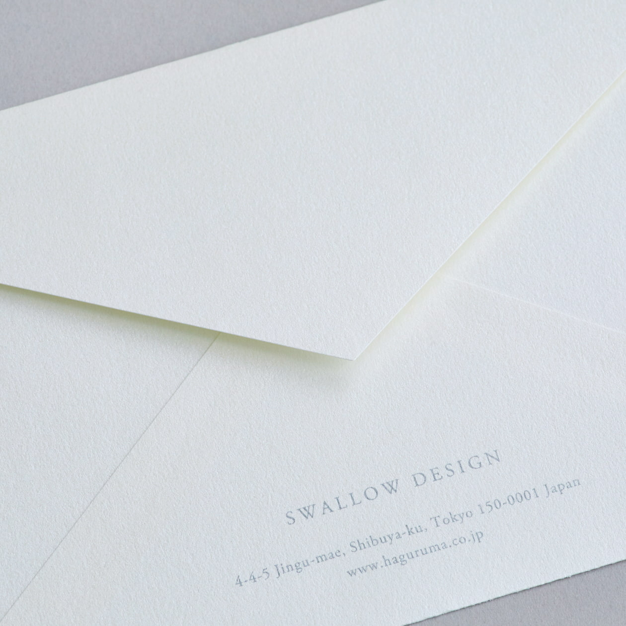 コットンの素材感とシルバーの雪模様が上品な二つ折カード