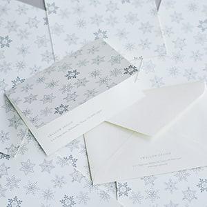 シルバーの雪模様が上品な二つ折カード