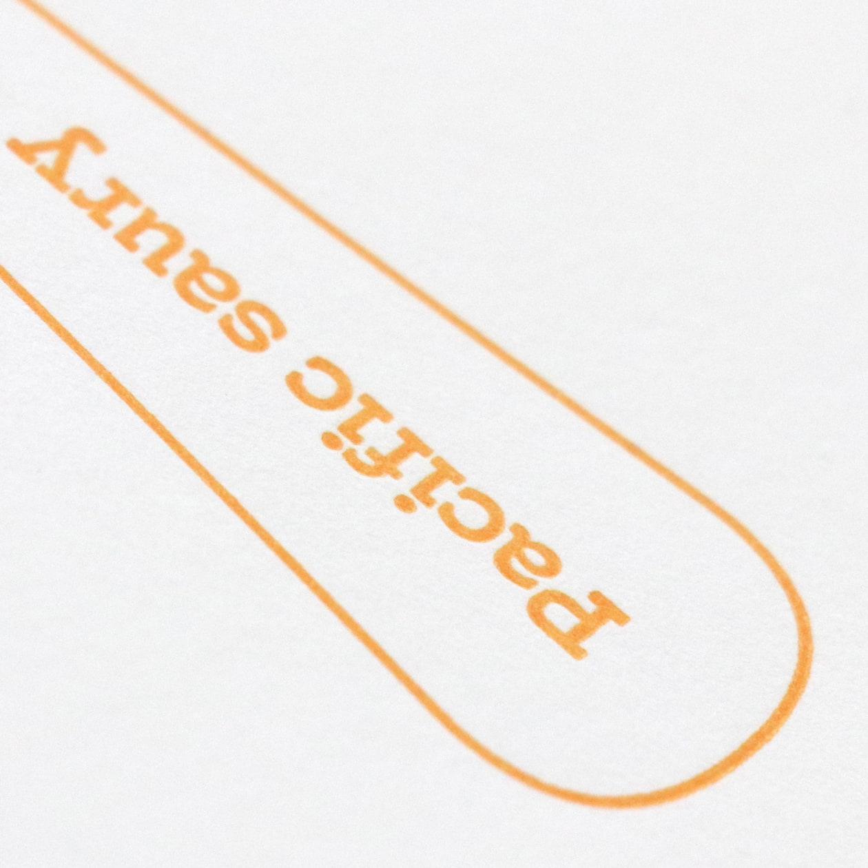 厚紙の表紙×活版印刷があたたかみのある印象 カトラリーブランドの商品パンフレット