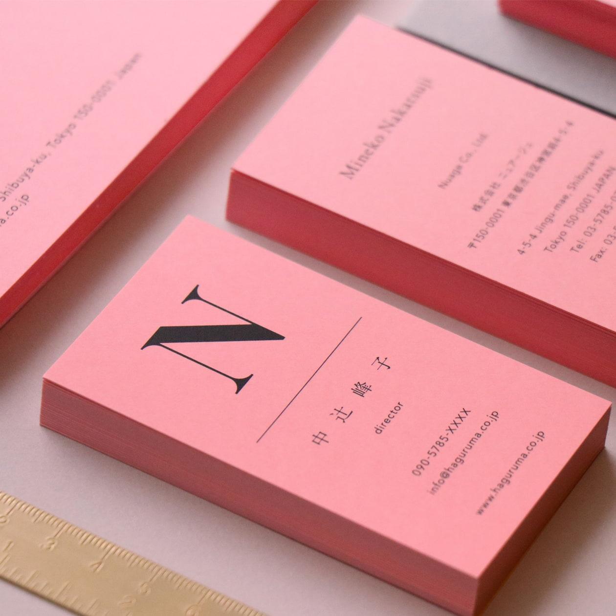 鮮やかなピンクの紙にブラックが印象的 アパレルブランドの名刺