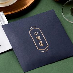 上質なイメージのお茶のパッケージ
