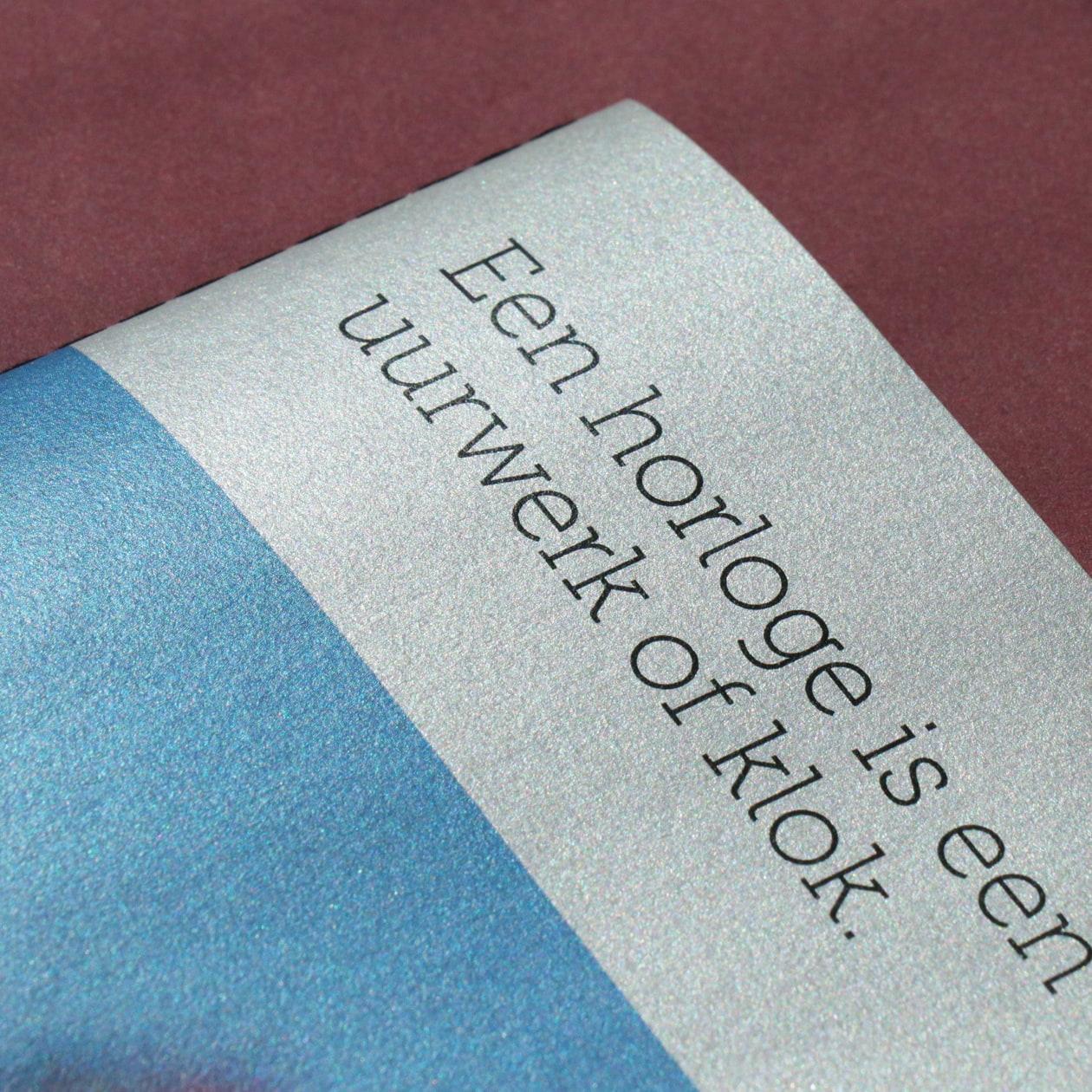 メタリックな表紙でシャープな印象の商品カタログパンフレット