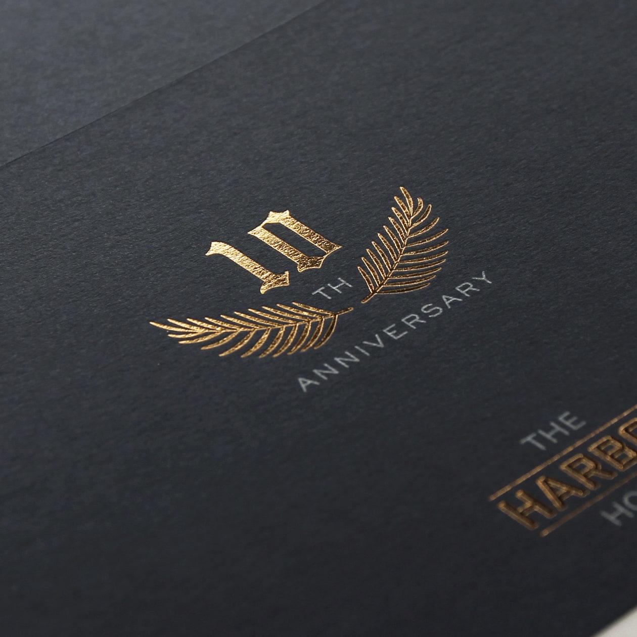 濃色カードとゴールドの封筒の案内状