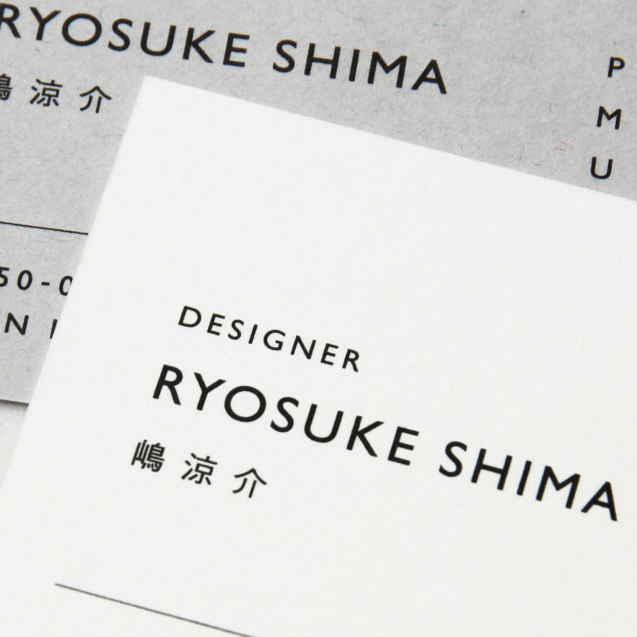 マットな質感の紙素材と箔押し加工でつくる デザイン事務所の名刺
