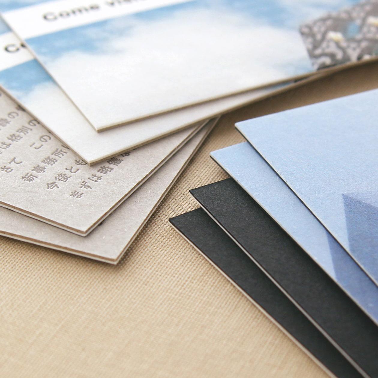 全面フルカラーとシックな色を合わせたカード