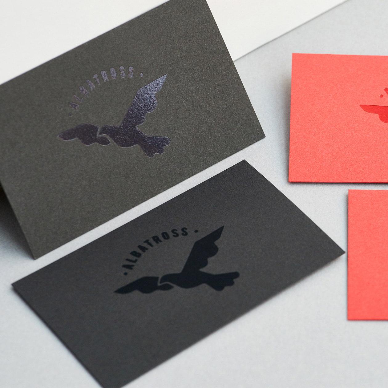 紙と同色の箔でロゴマークをさりげなく メンズアパレルブランドの名刺