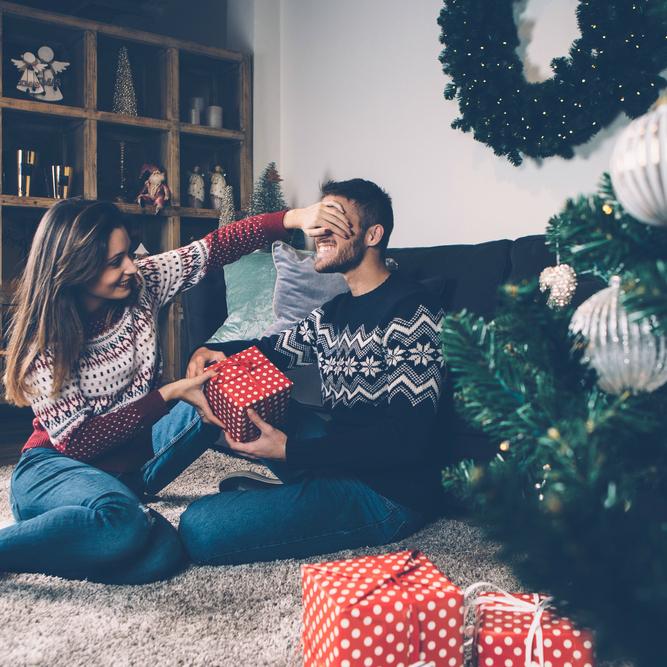 クリスマスプレゼントはもう決めた?彼が「本当に欲しいプレゼント」を知る方法